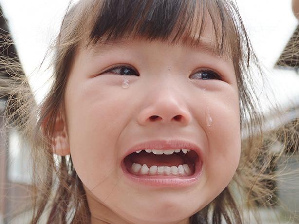 泣いている少女