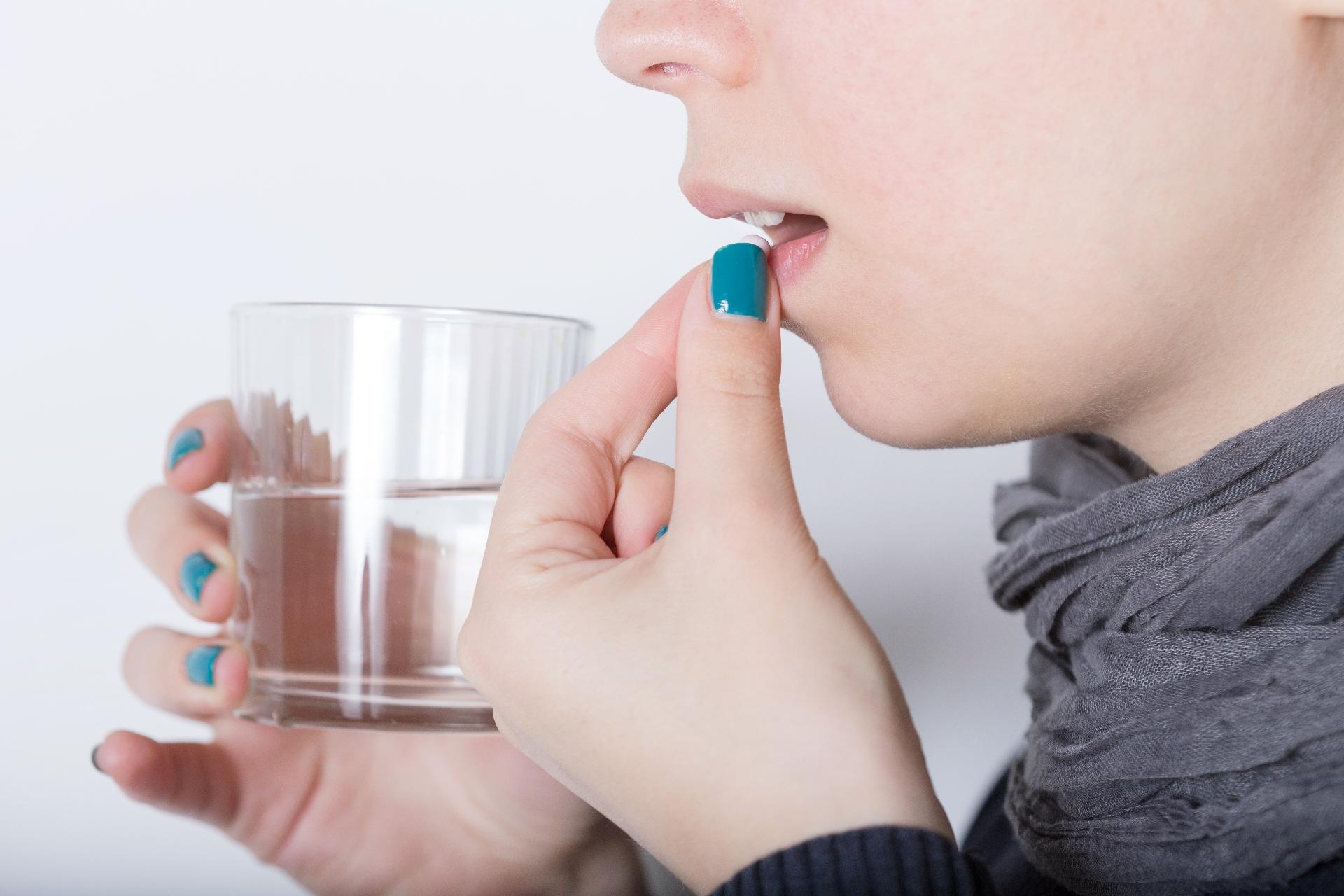便秘薬を飲む女性