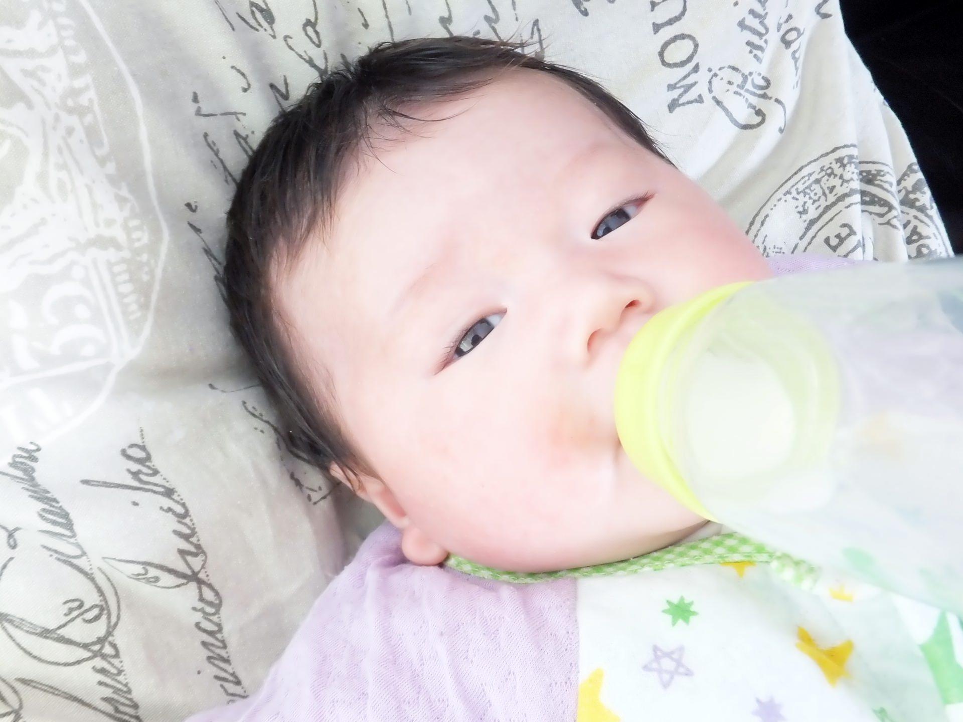 生後1ヶ月の赤ちゃんに授乳するママ