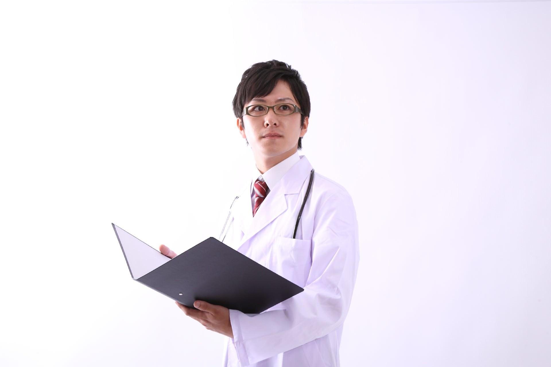 糖尿病予防のための知識を患者に説明する医師