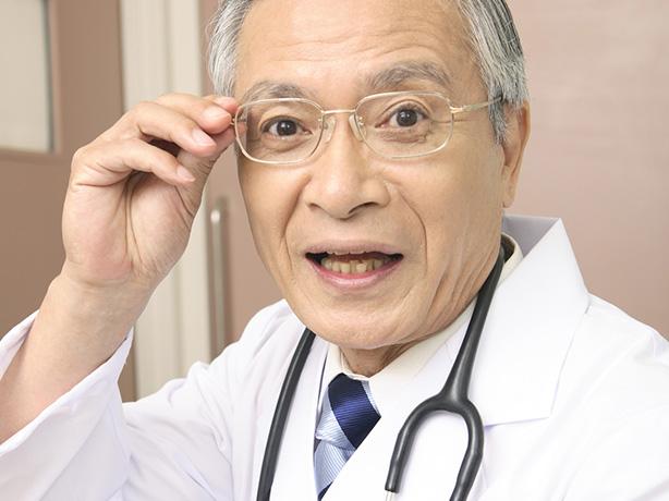 眼鏡をかけたおじいさん医師