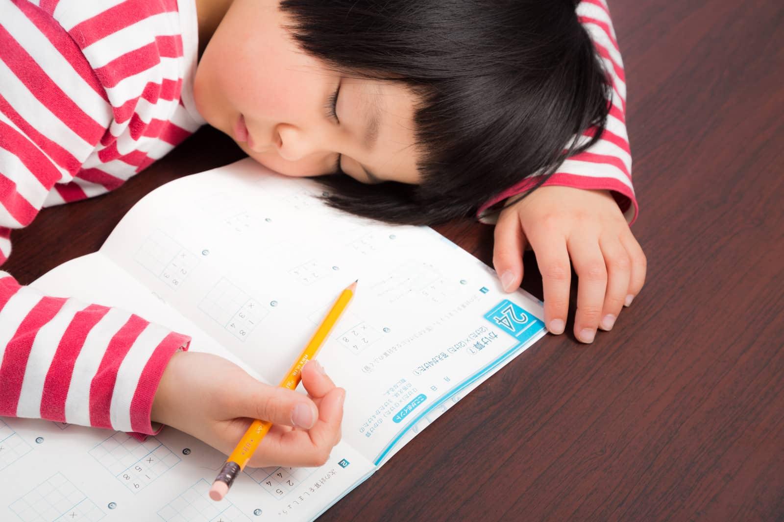 睡眠不足でうたた寝してしまう女の子