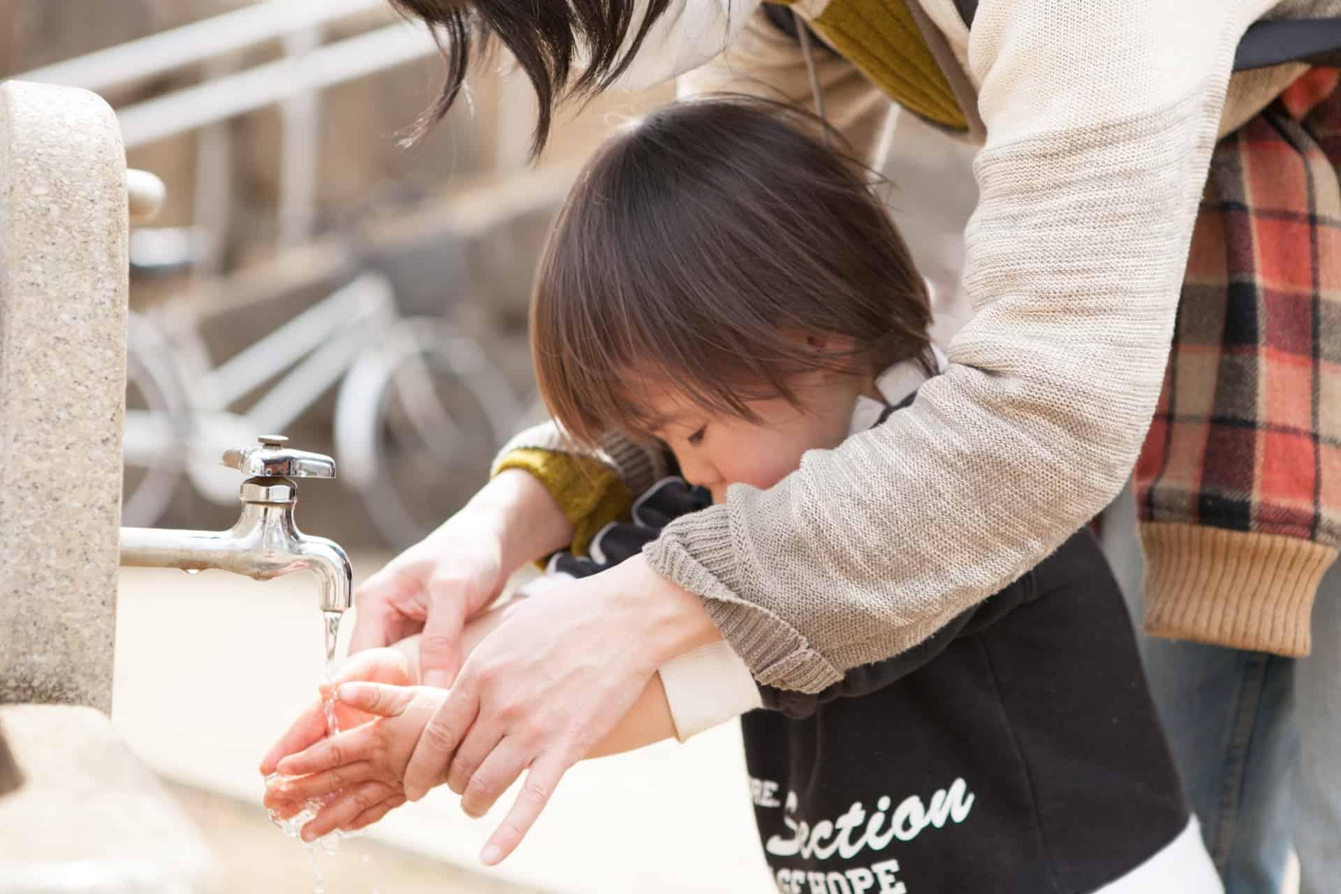 風邪予防のために手洗いをする子供
