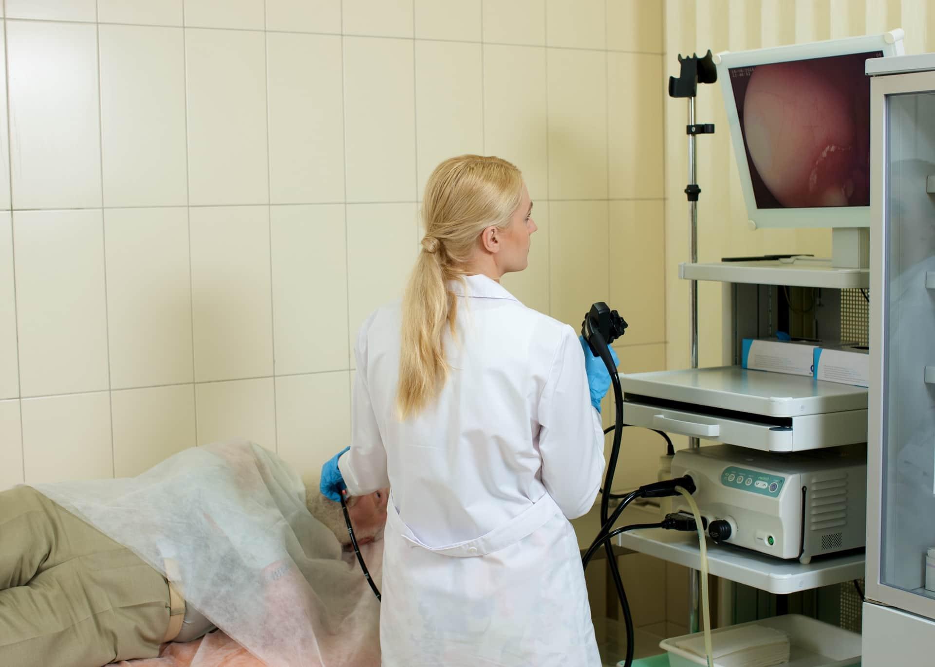 ピロリ菌の検査をしている女医と患者