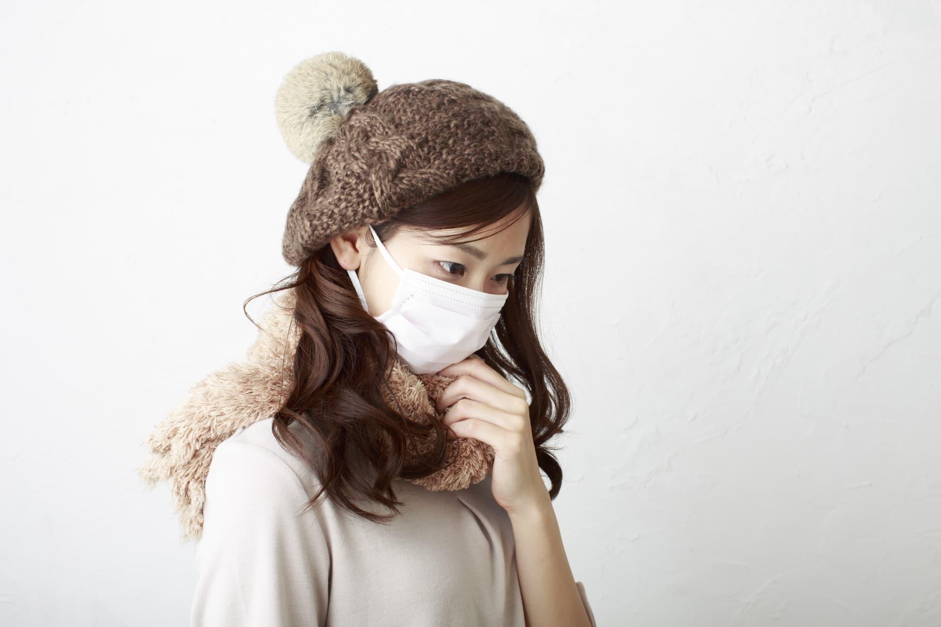 風邪をひいて病院に向かう女性