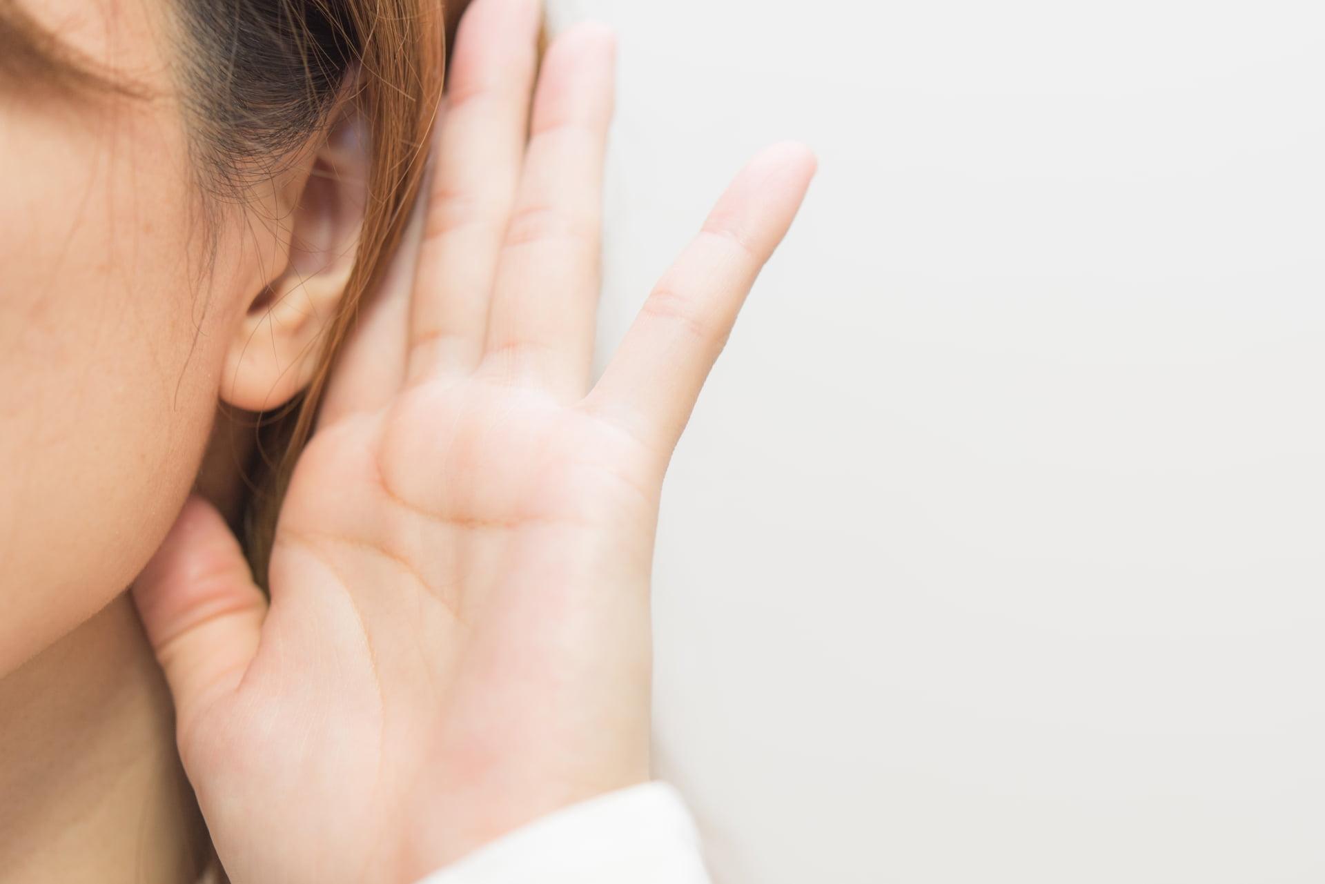 聞き耳を立てる女性