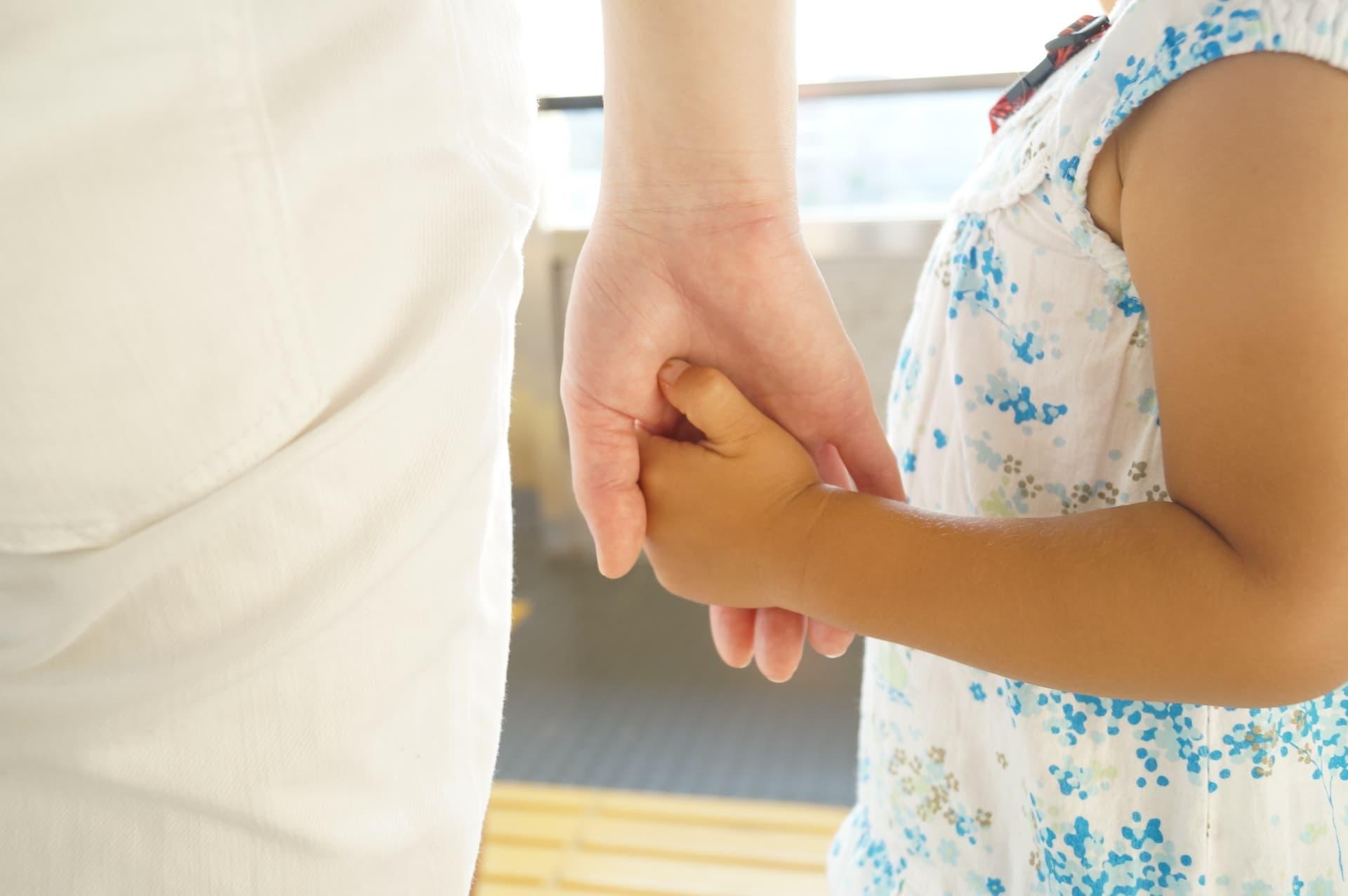 手をつなぐ親子