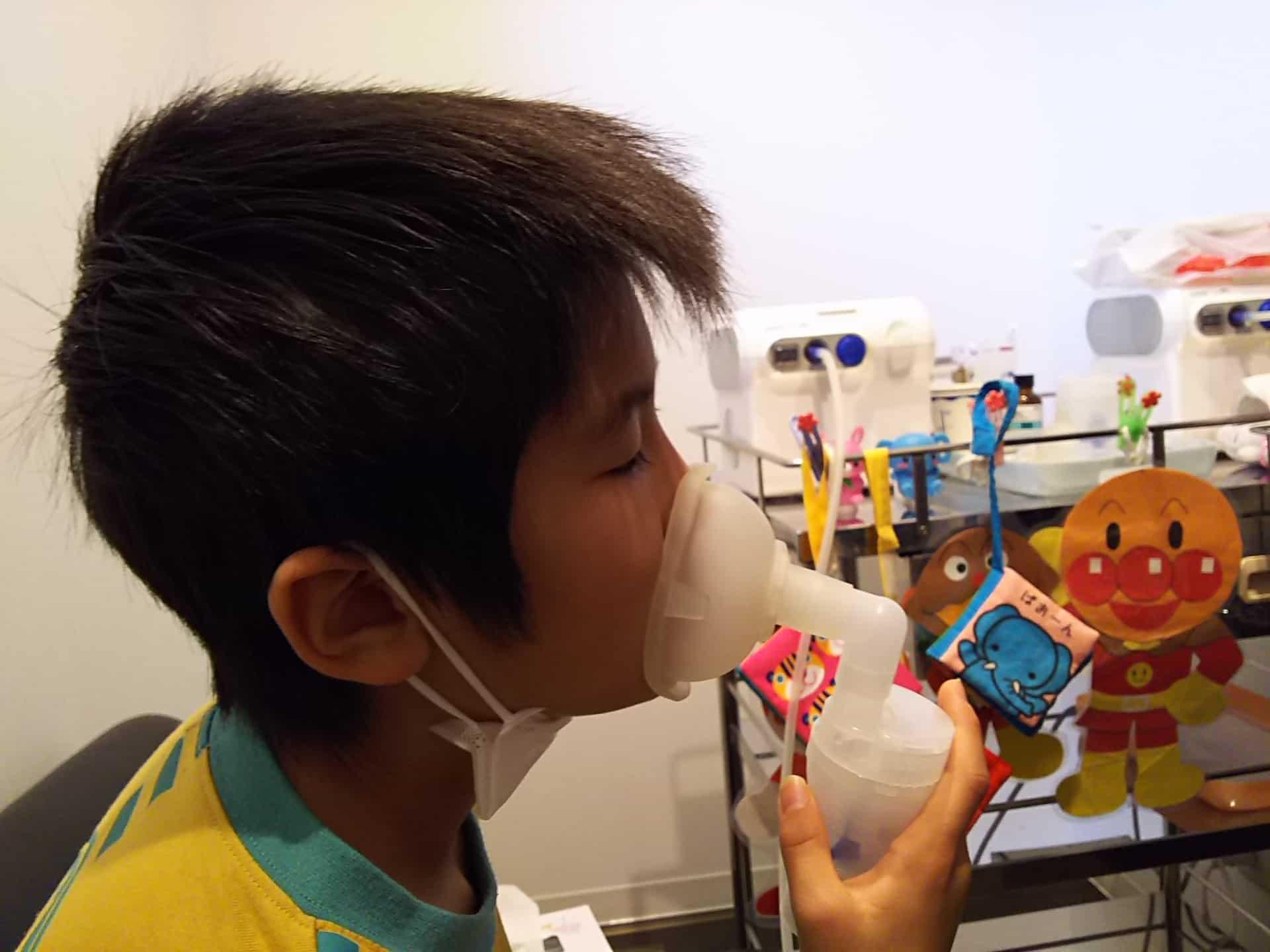 小児喘息の子どもの吸入