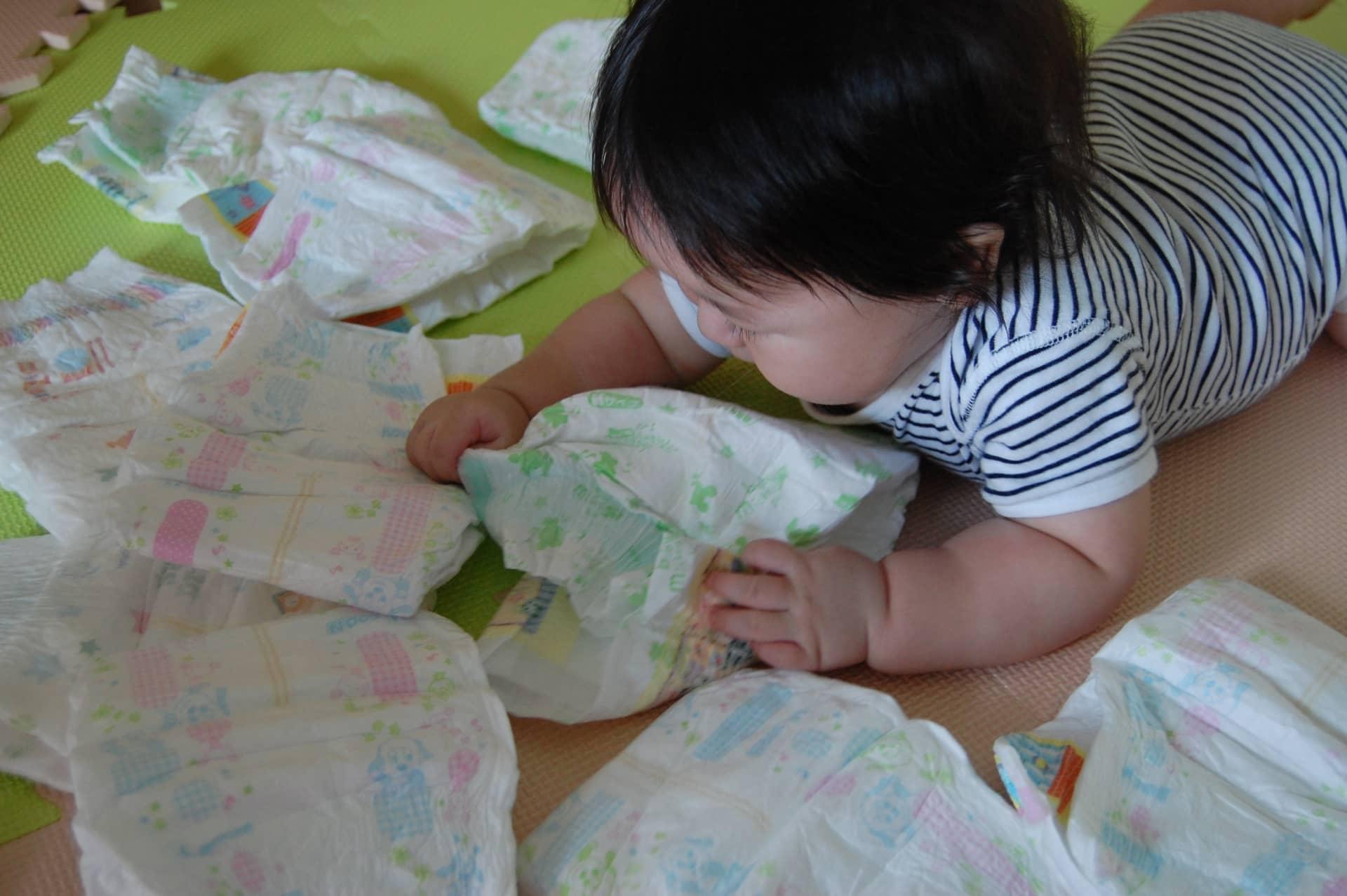 おむつを眺める赤ちゃん