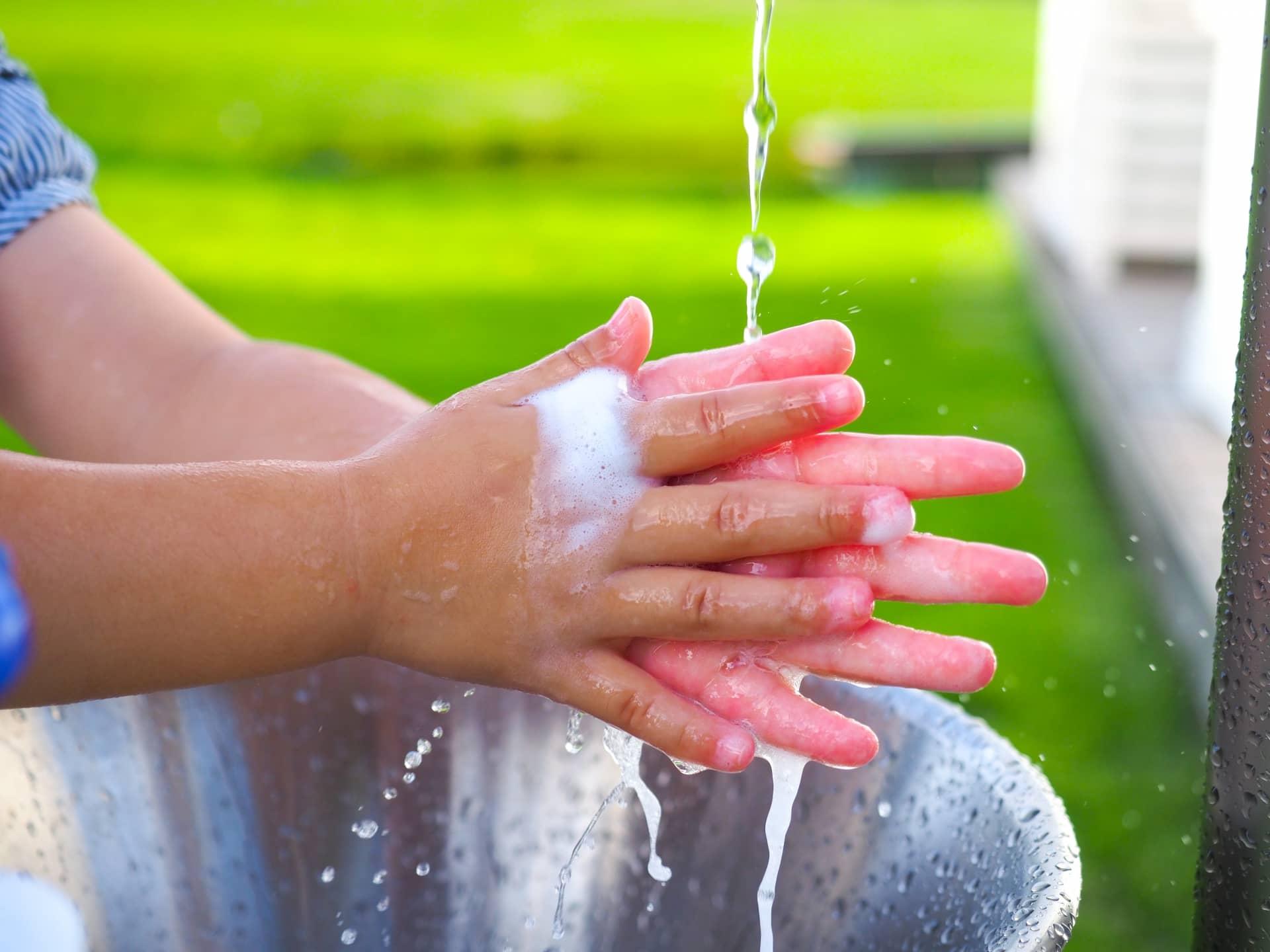 手を洗う子ども