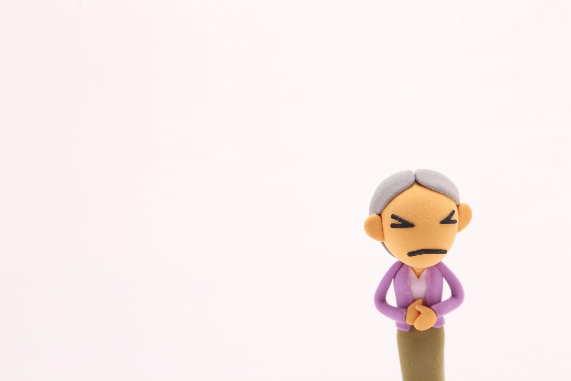 お腹を痛がる人形