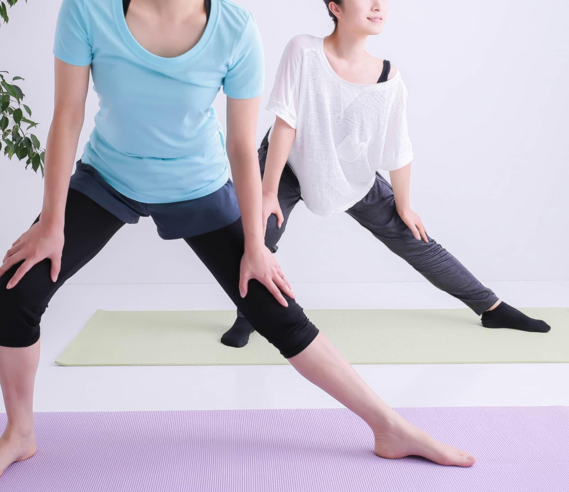 柔軟運動をする人