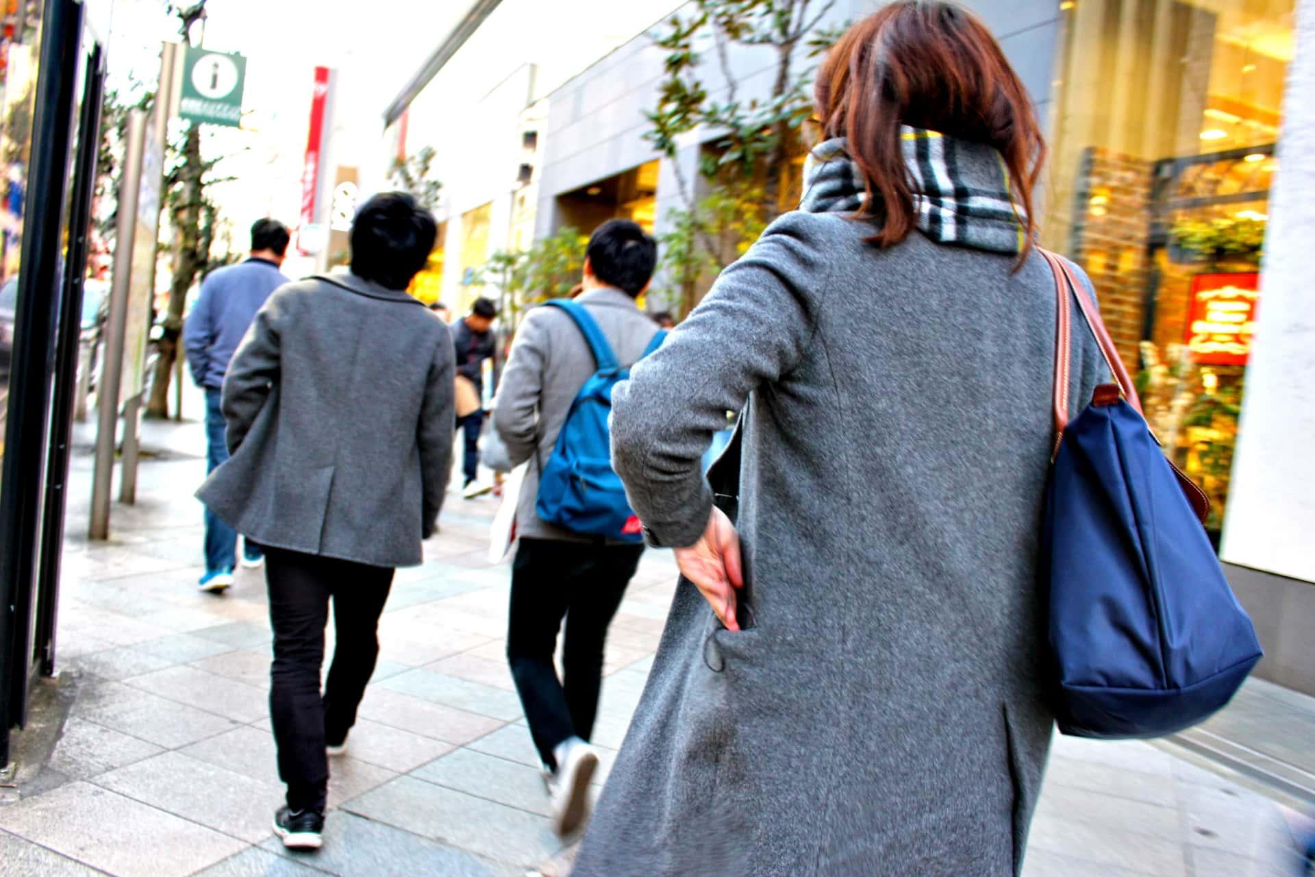 街中を歩く人