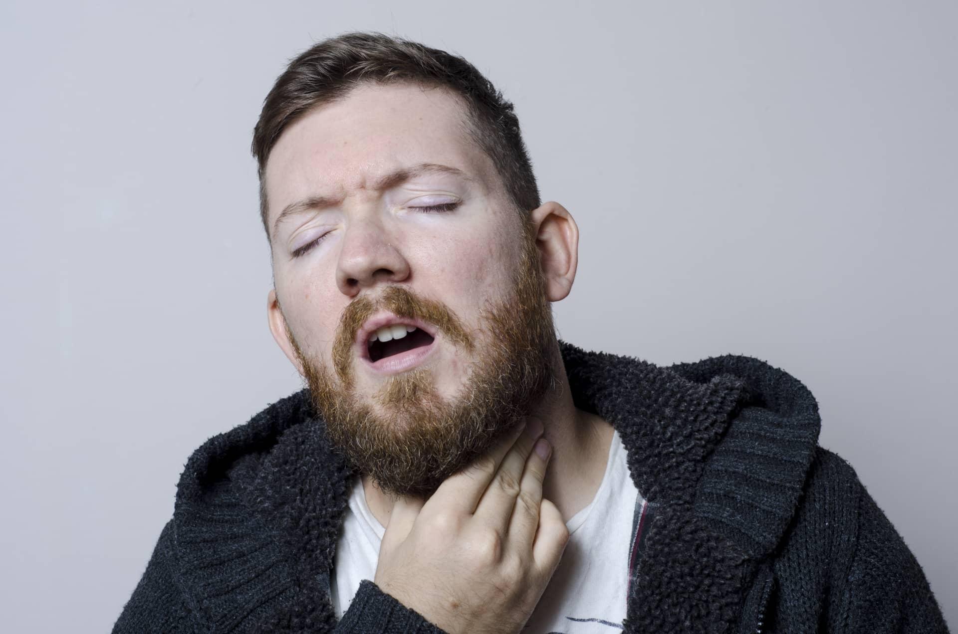 喉を気にする男性