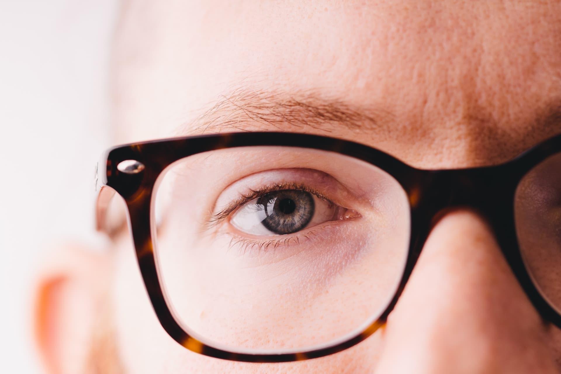 男性の片目