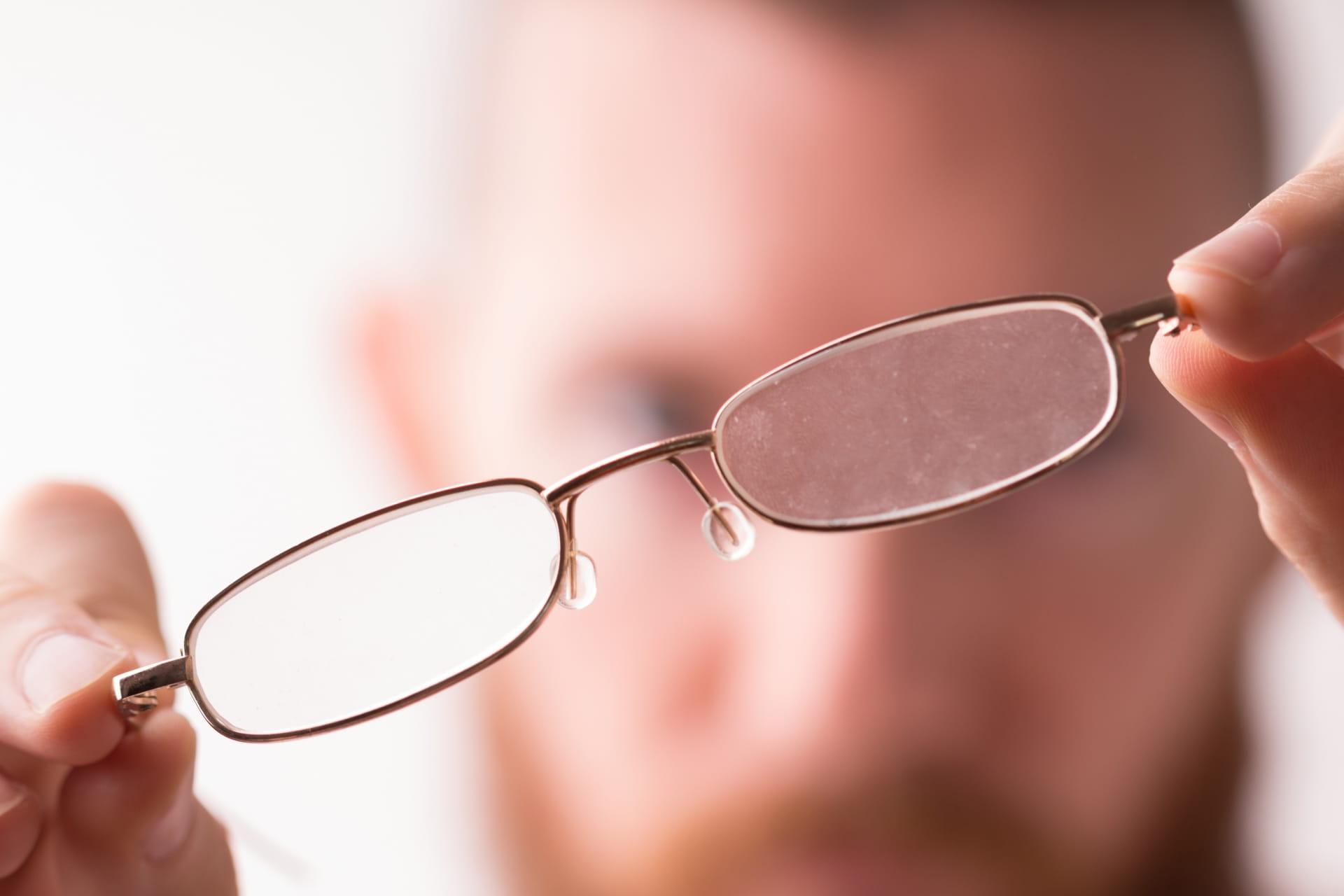 眼鏡とぼやける背景