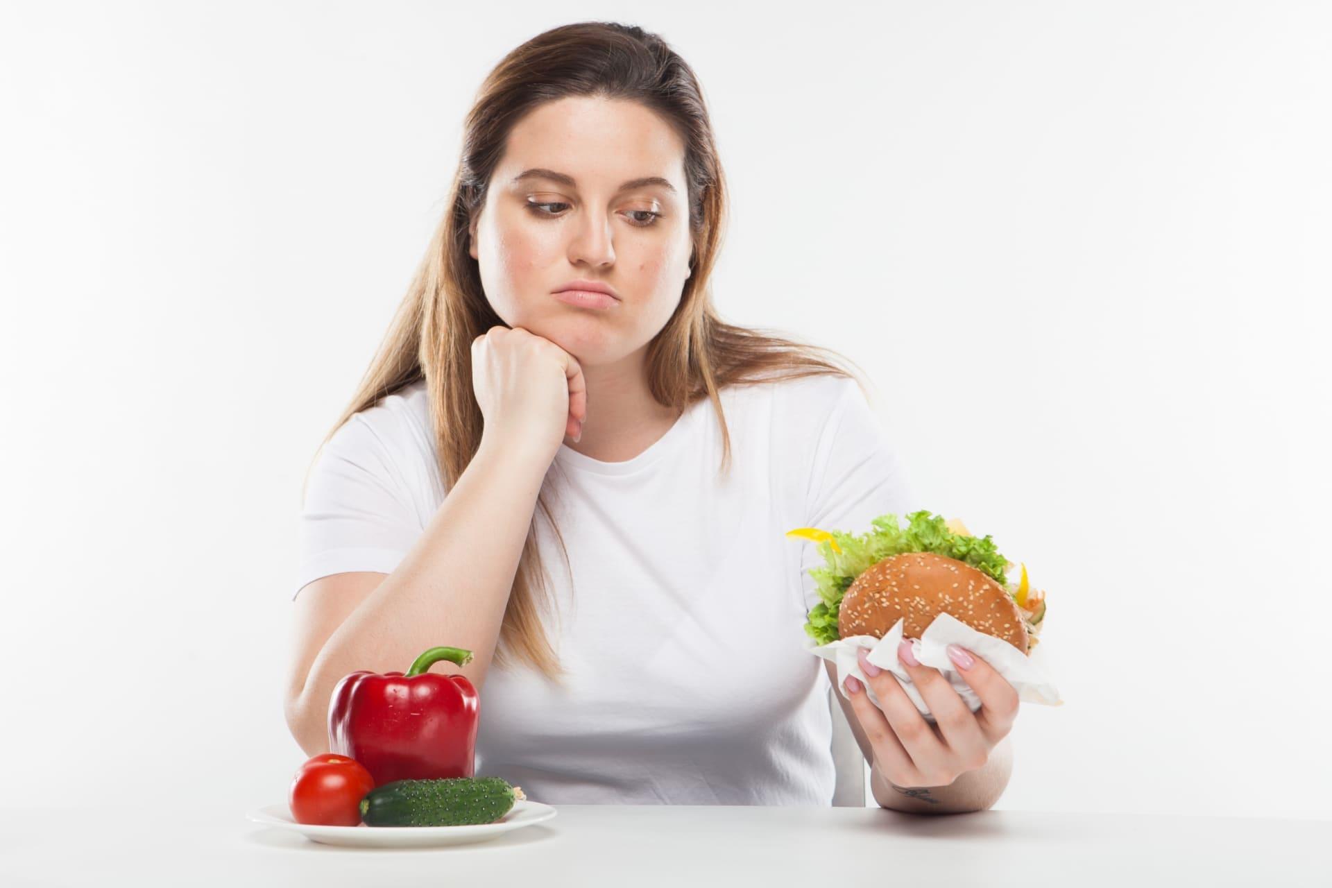 食べ物を見つめる女性