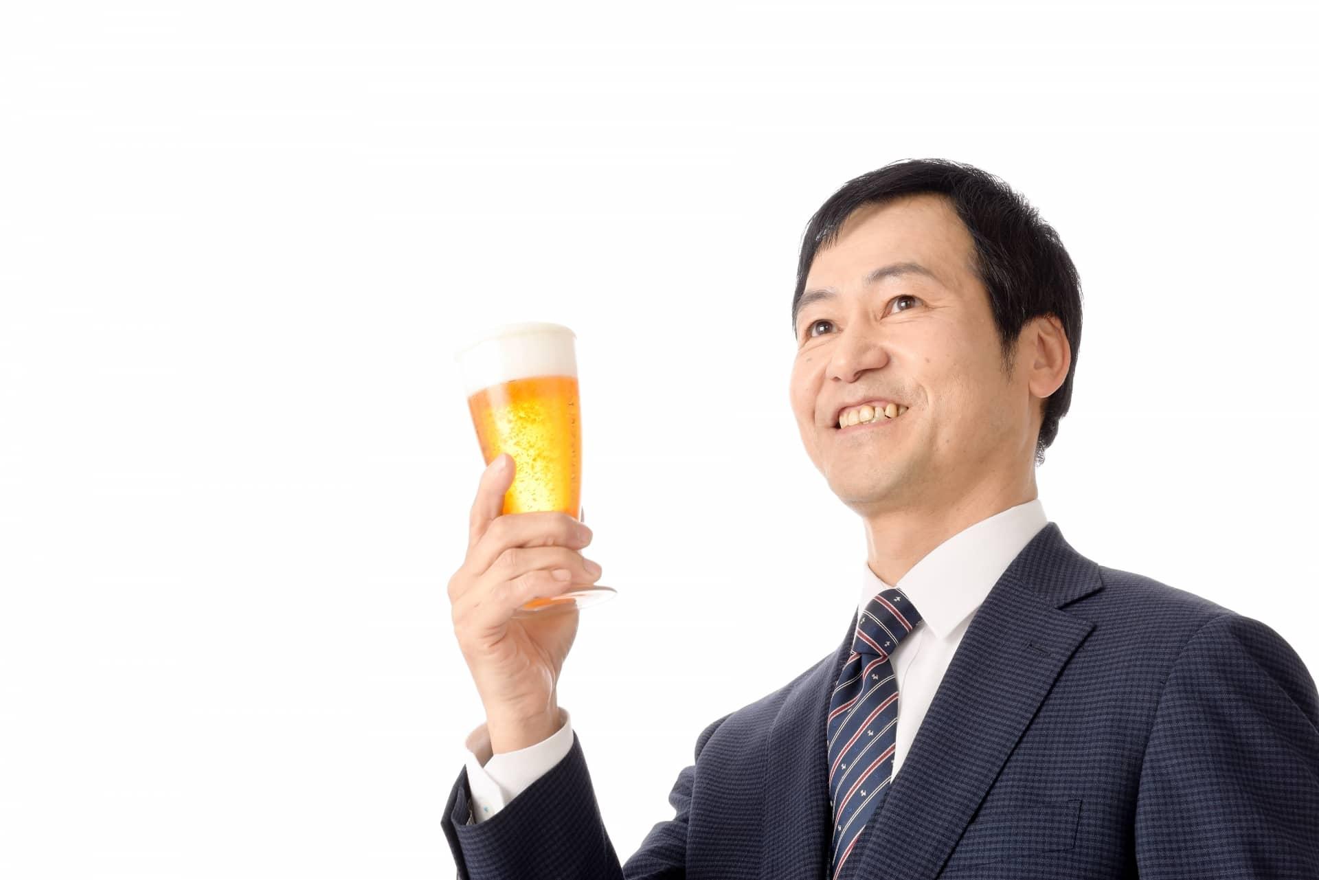 ビールを持つ男性