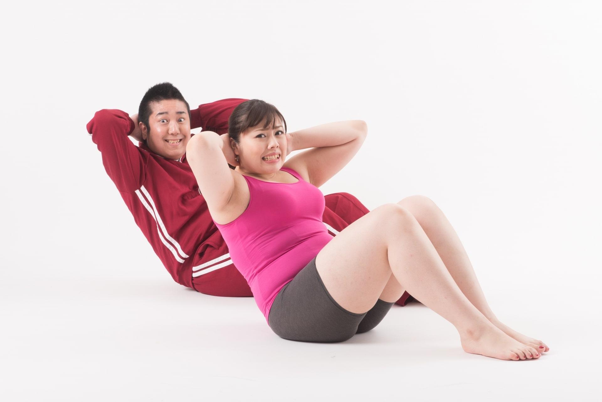 腹筋運動をする男女