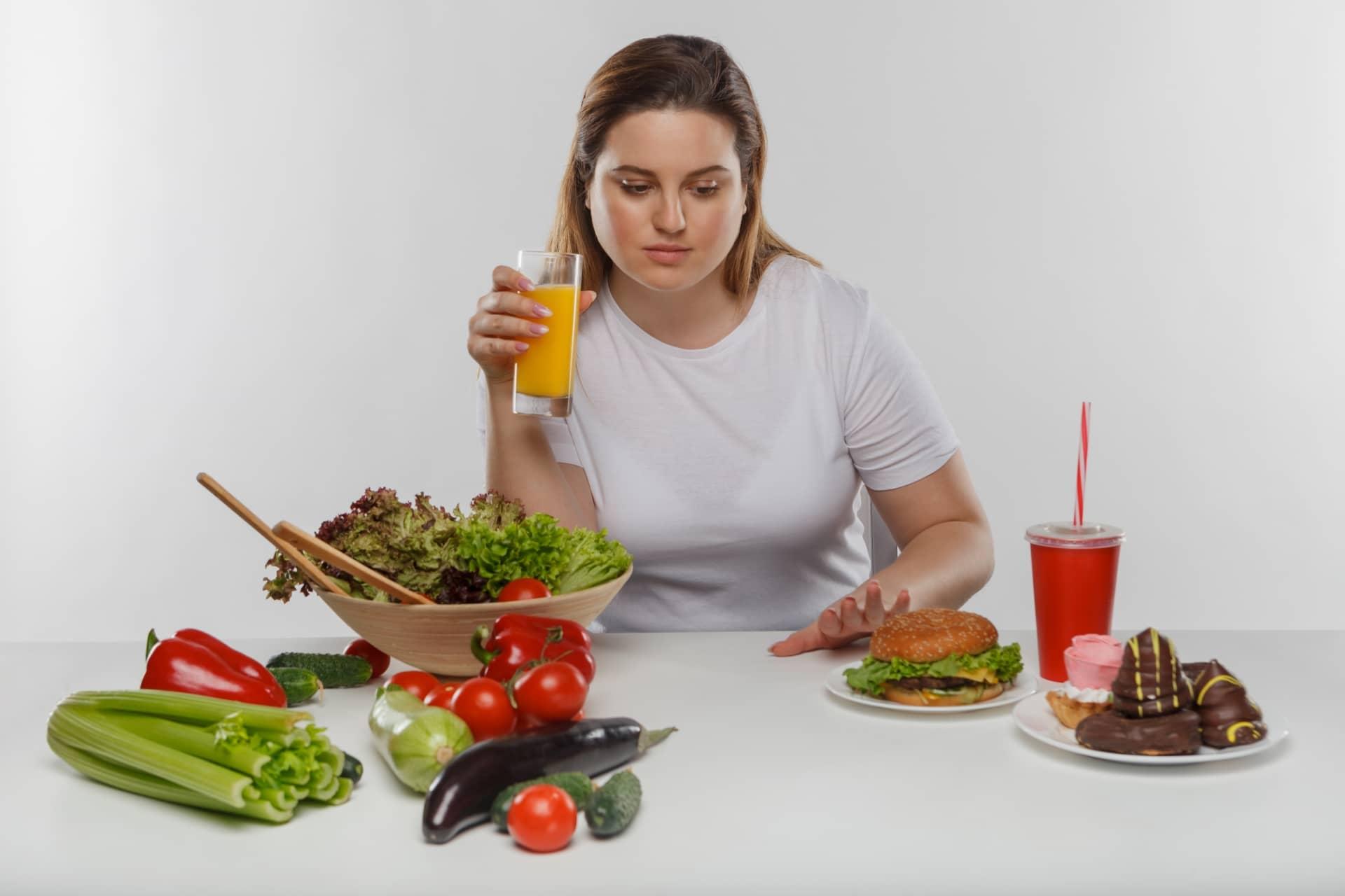 色んな食品を目の前にする女性