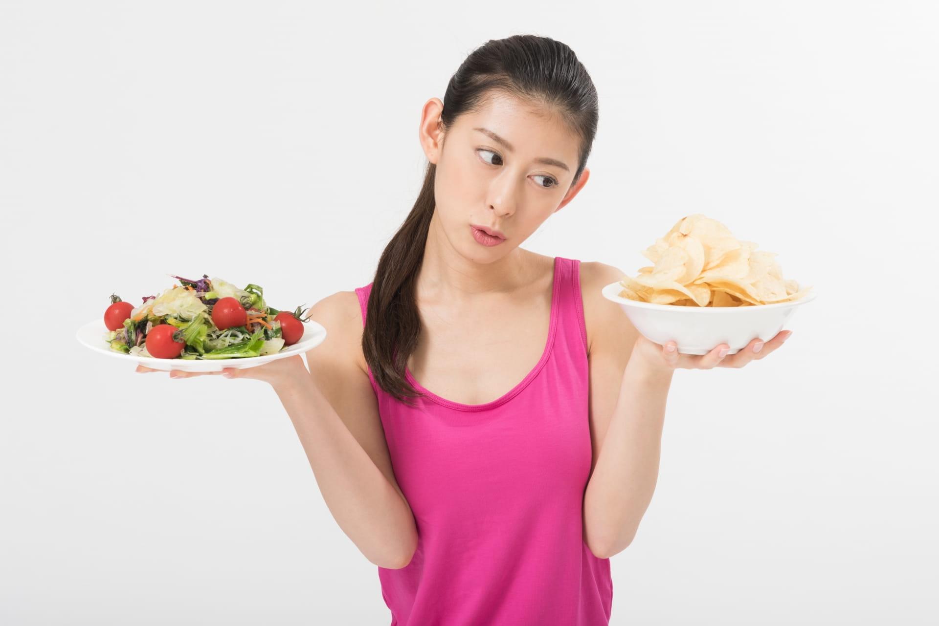 食べ物について悩む女性