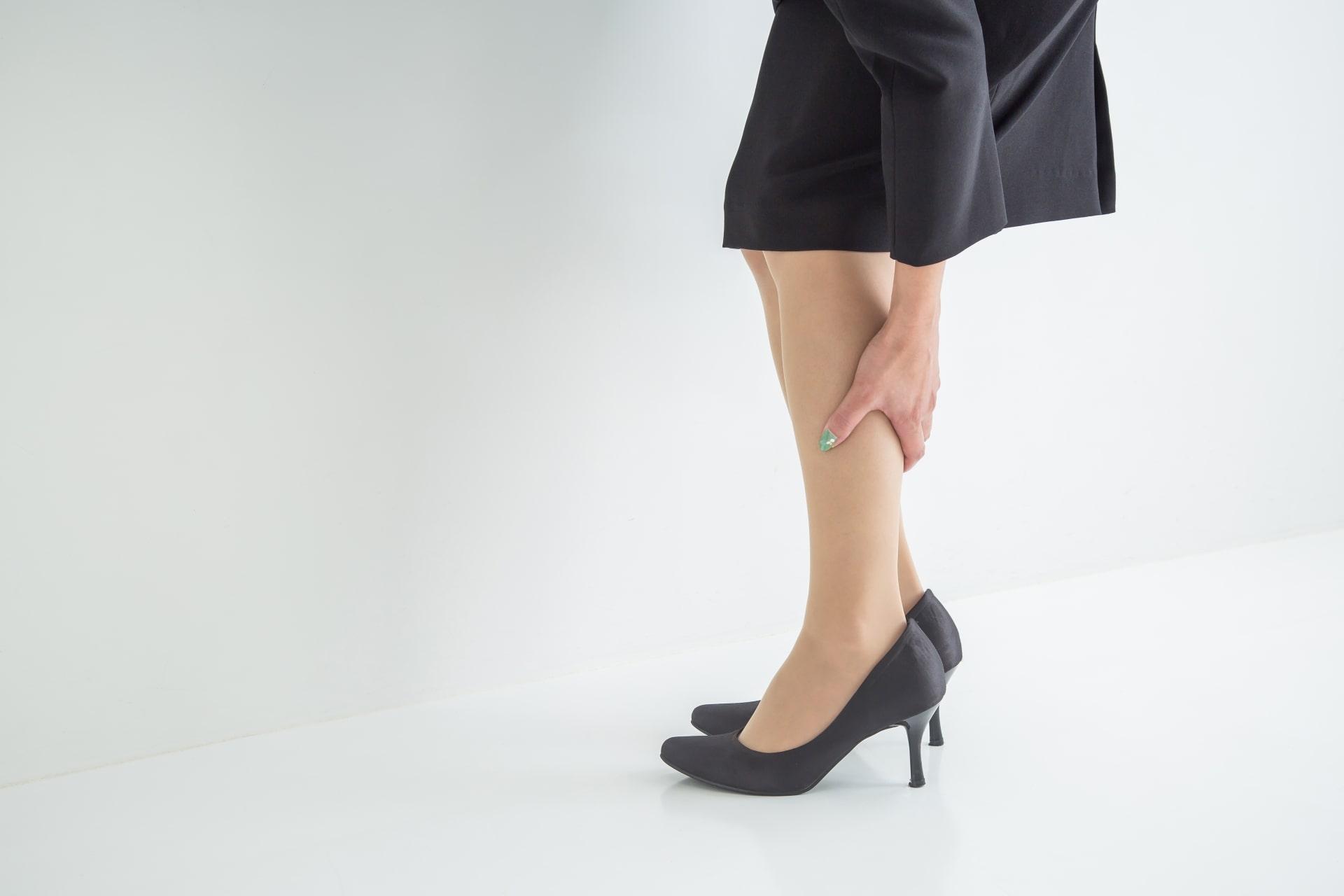 足を押さえる女性