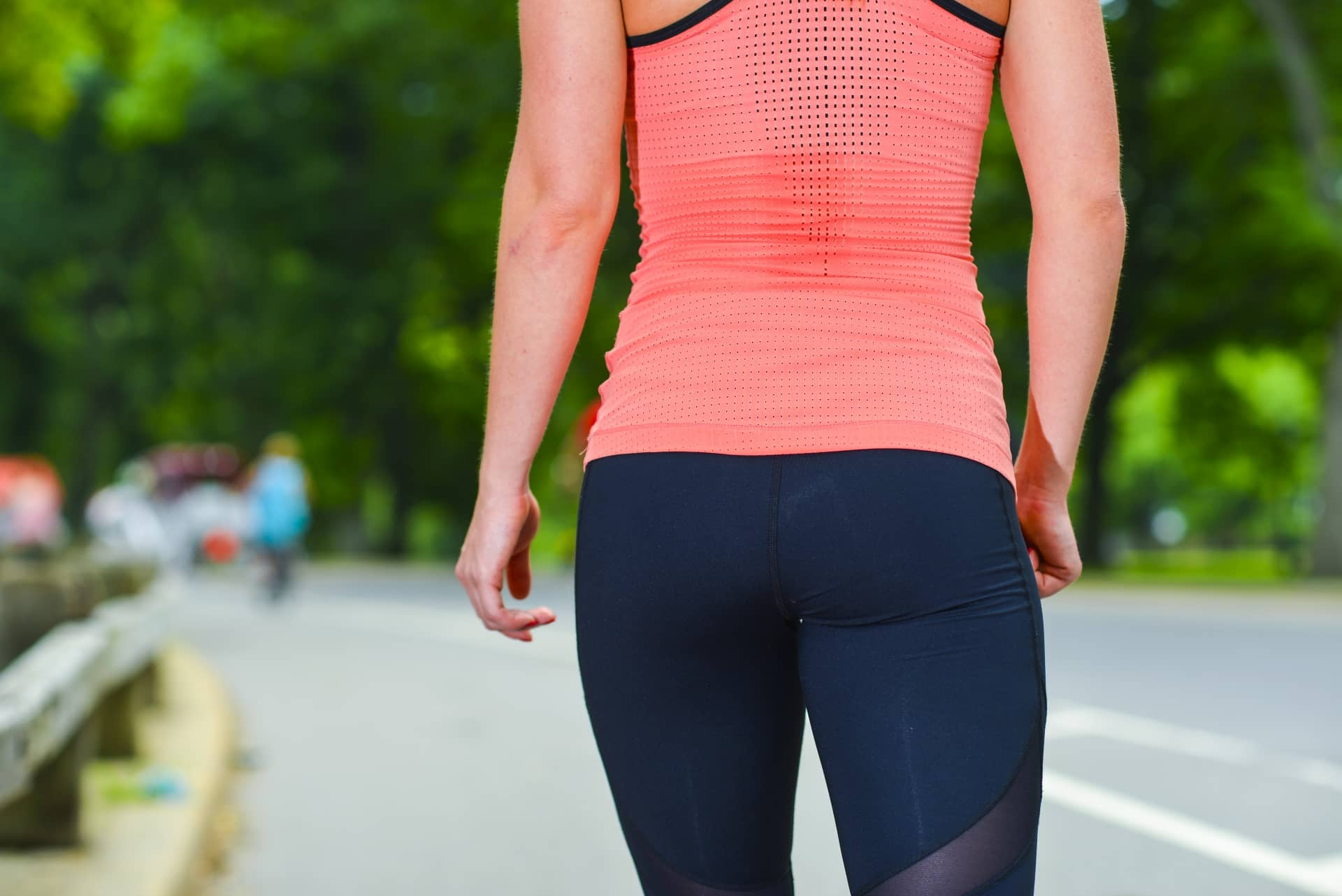 運動する女性の後ろ姿