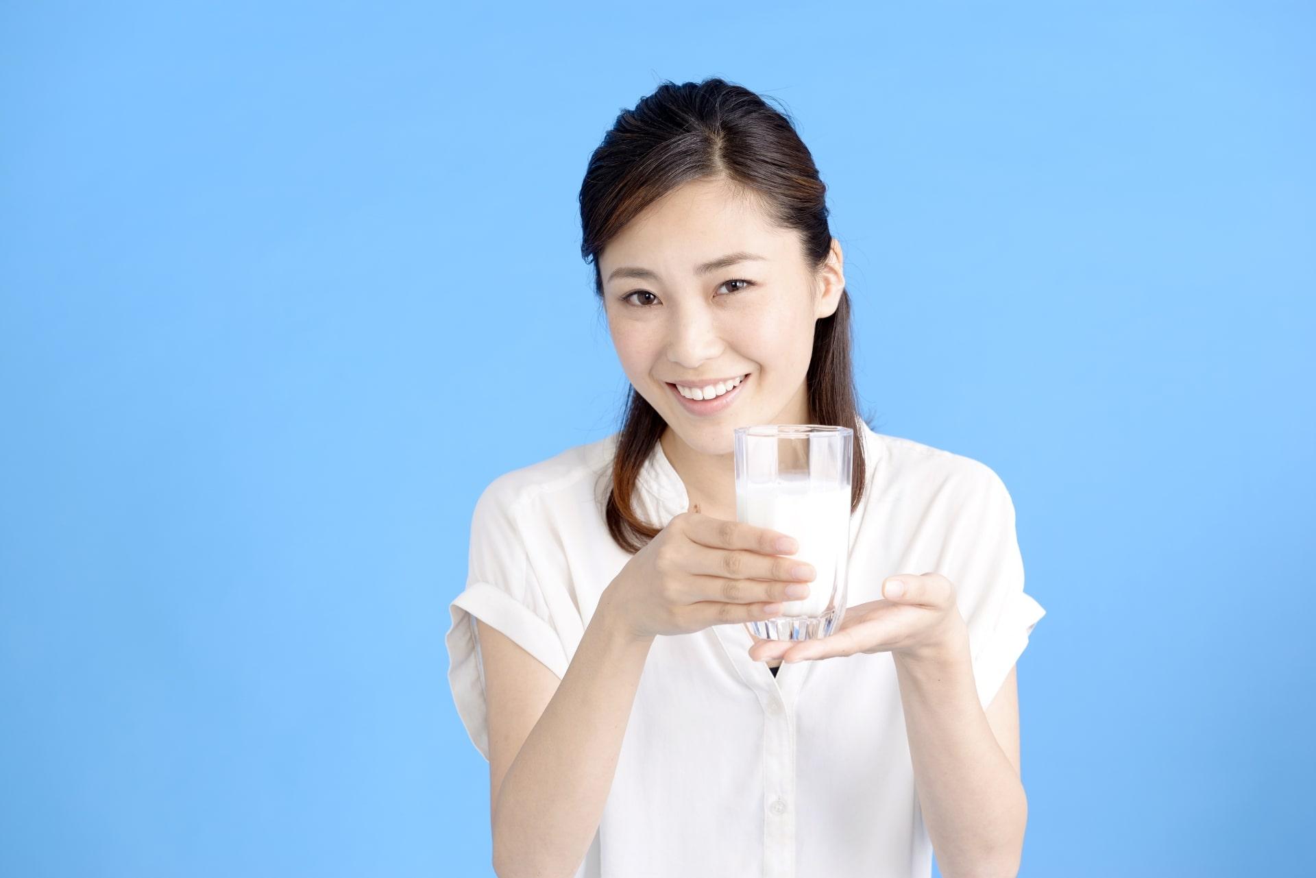 牛乳を勧める女性