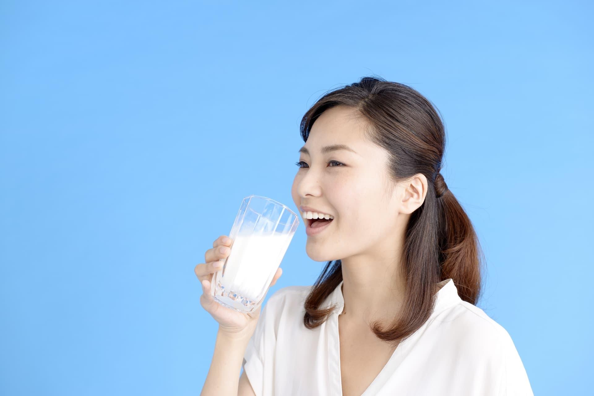 牛乳を飲む女性
