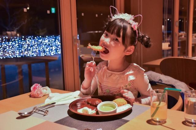 エビフライを食べる子供