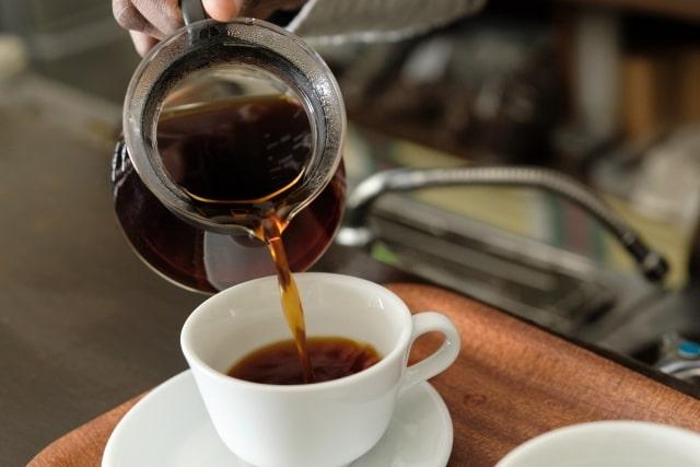 コーヒーをカップにそそぐ