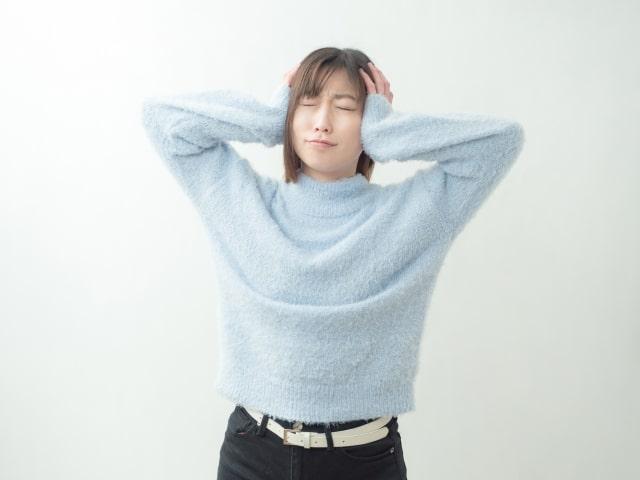 悩みやストレスを抱える女性のイメージ