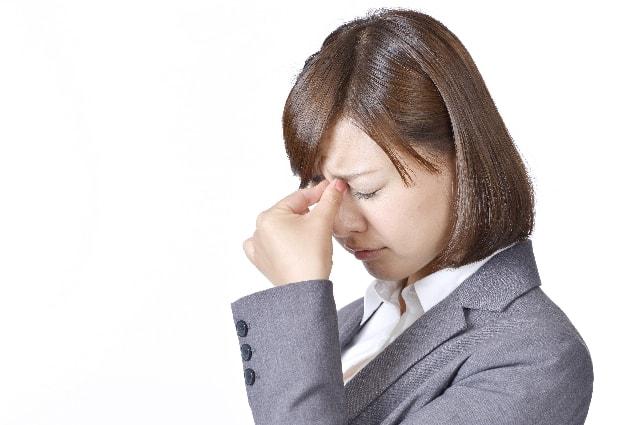 目の疲れは日常茶飯事。日頃からケアしましょう。