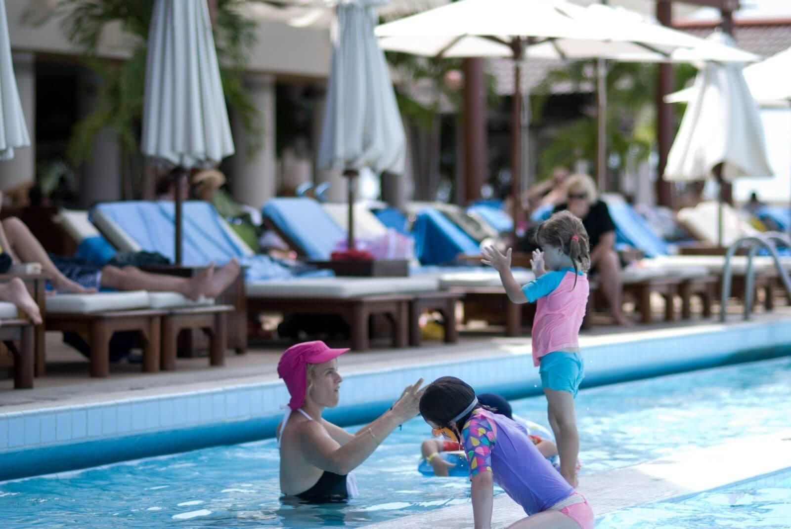 プールで泳ぐ子どもたち